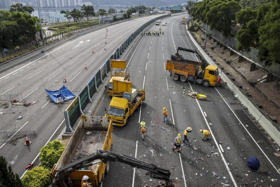 Χονγκ Κονγκ: Κινέζοι στρατιώτες βοηθούν στον καθαρισμό των δρόμων