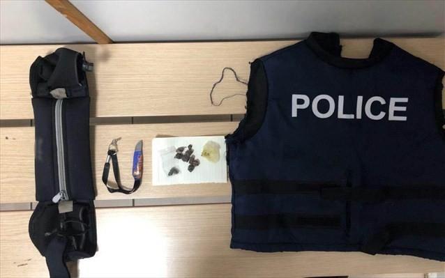 ΕΛΑΣ: 28χρονος έκρυβε ναρκωτικά σε «αστυνομικό» γιλέκο