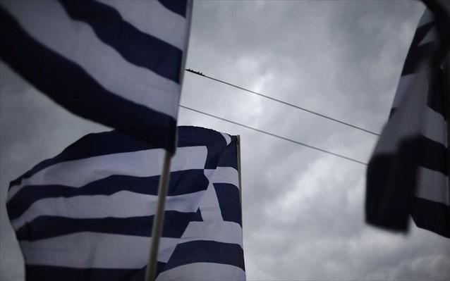 ΕΔΕ για αστυνομικό που έκαψε ελληνική σημαία στα Πατήσια