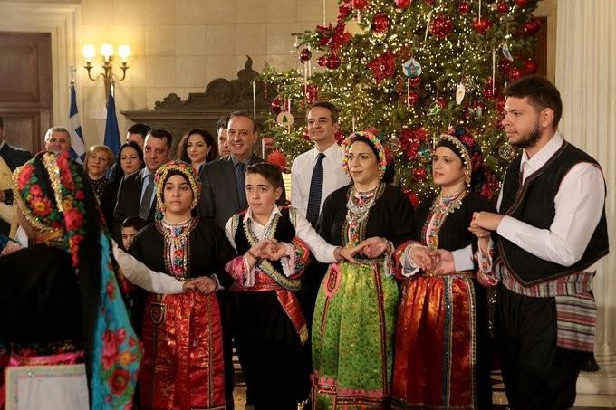 Τα χριστουγεννιάτικα κάλαντα στον πρωθυπουργό