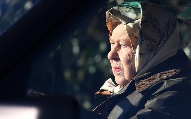 Η πρώτη δημόσια εμφάνιση της βασίλισσας Ελισάβετ μετά την «παραίτηση» του Χάρι και της Μέγκαν