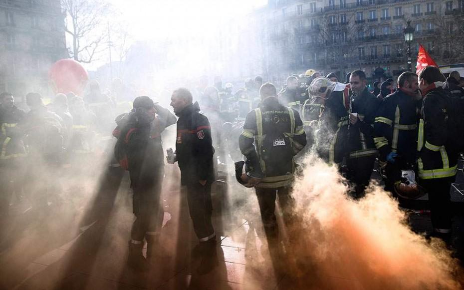 Μεγάλες συγκρούσεις πυροσβεστών με αστυνομικούς στο Παρίσι