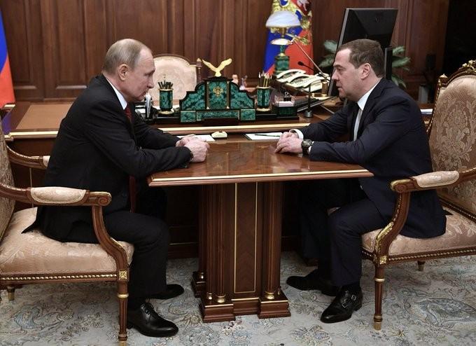 Ο Μεντβέντεφ παραιτείται από την πρωθυπουργία της Ρωσίας, με εντολή Πούτιν