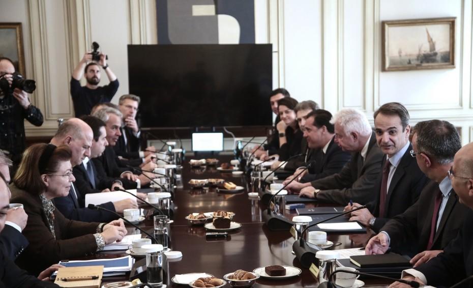 Ακάθεκτος ο Μητσοτάκης για τα κλειστά κέντρα στα νησιά του Αιγαίου