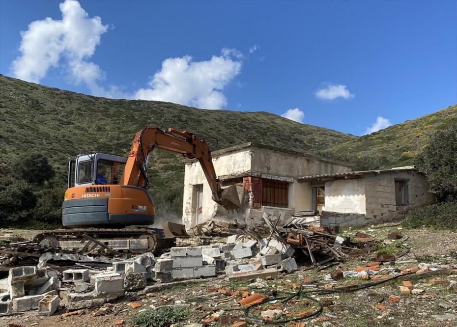 ΥΠΕΝ: Από τη Μακρόνησο ξεκίνησε η κατεδάφιση αυθαιρέτων