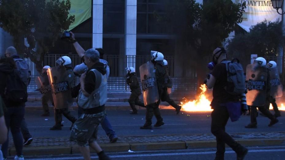 Ένταση έξω από την αμερικανική πρεσβεία, σε διαδήλωση για τη δολοφονία του Τζορτζ Φλόιντ