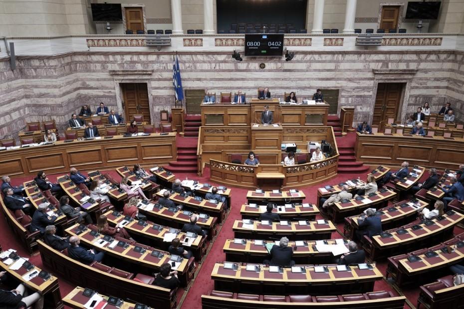 Στη Βουλή το νομοσχέδιο για τις διαδηλώσεις - Σφοδρές αντιδράσεις από την αντιπολίτευση