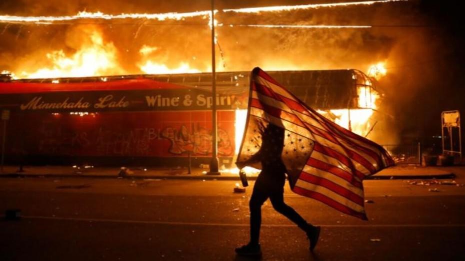 «Βράζει» η Ν. Υόρκη - Εκατοντάδες διαδηλωτές, ένας νεκρός και τραυματίες