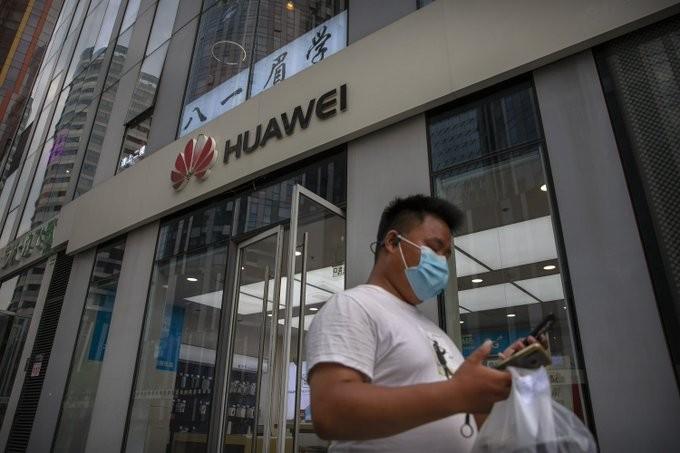 Ο Τζόνσον αποκλείει την Huawei από το δίκτυο 5G της Βρετανίας
