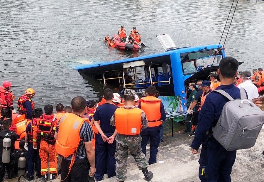 Κίνα: Τουλάχιστον 21 νεκροί από πτώση λεωφορείου σε λίμνη