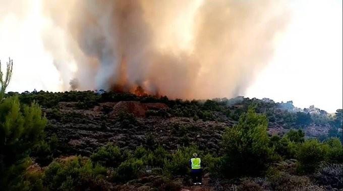 Μεγάλη πυρκαγιά στο Λαύριο - Εκκένωση 4 οικισμών