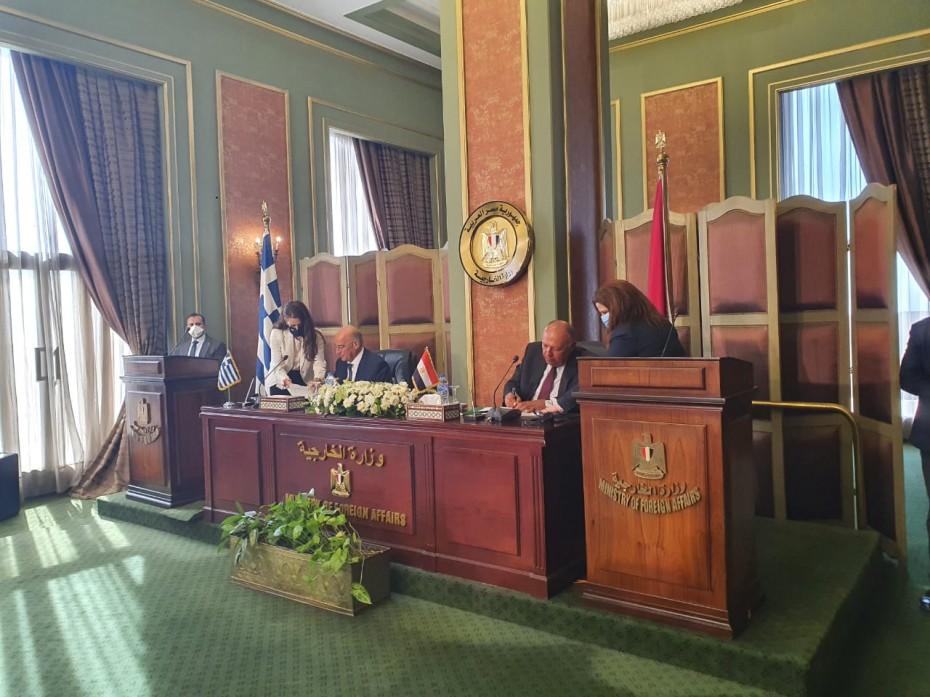 Έπεσαν υπογραφές για τη συμφωνία ΑΟΖ μεταξύ Ελλάδας και Αιγύπτου