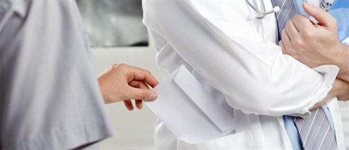 Σύλληψη γιατρού δημόσιου νοσοκομείου στην Αττική για «φακελάκι»