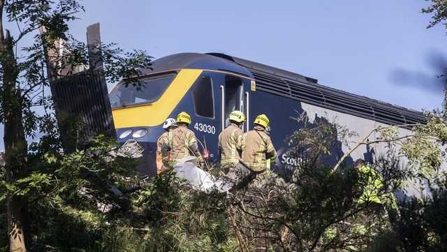 Τρεις νεκροί και 6 τραυματίες από τον εκτροχιασμό τρένου στη Σκωτία