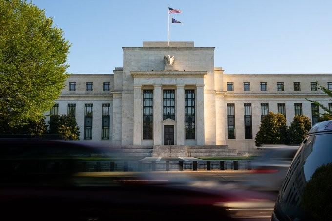 Η Fed «έδειξε» προς μηδενικά επιτόκια ως το τέλος του 2023