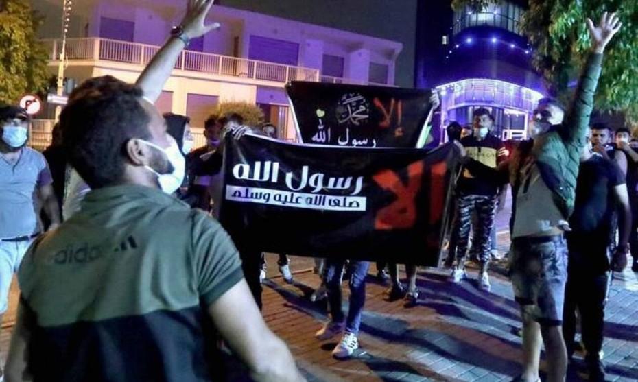Κύπρος: Μουσουλμάνοι κατέβασαν τη σημαία απ'τη Γαλλική πρεσβεία