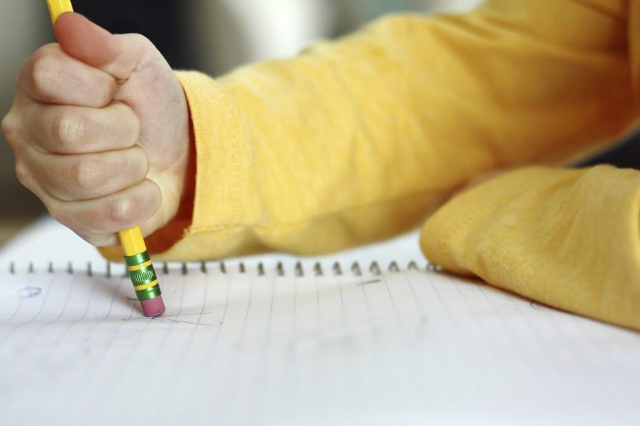 Έρευνα: Εξυπνότερα τα παιδιά που γράφουν με τον παραδοσιακό τρόπο αντί του πληκτρολογίου
