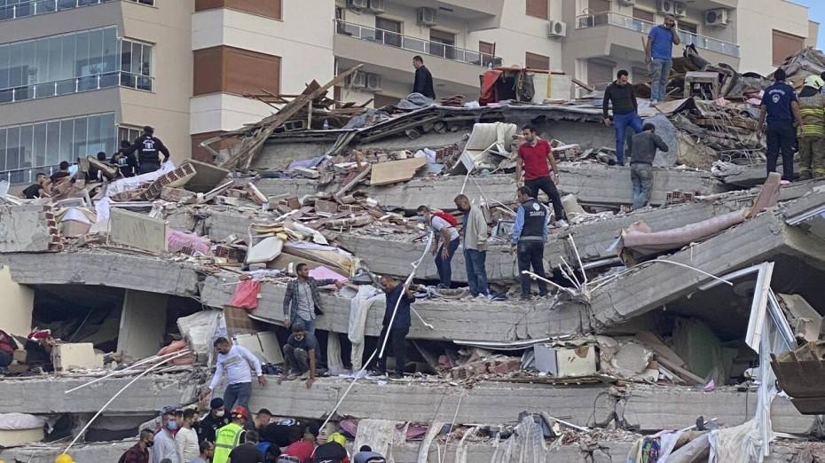 Σμύρνη: Ολονύχτια μάχη στα συντρίμμια - 26 νεκροί, 800 τραυματίες