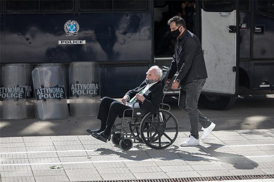 Εμφανώς καταβεβλημένος ο Τσοχατζόπουλος, στην εισαγγελία του Άρειου Πάγου