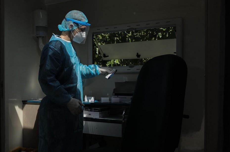 Σκληρά lockdown μία «ανάσα» από το εμβόλιο