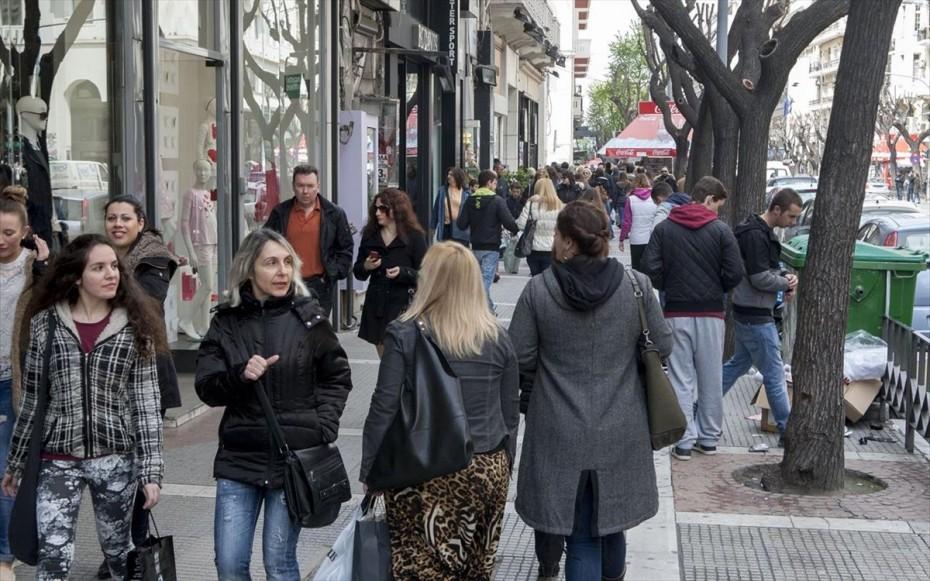 Εικόνες συνωστισμού στους δρόμους της Θεσσαλονίκης  - «Ουρές» έξω απ΄τα μαγαζιά