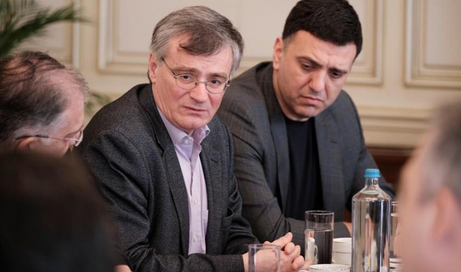 Κικίλιας και Τσιόδρας ενημερώνουν τα κόμματα για τον κορονοϊό
