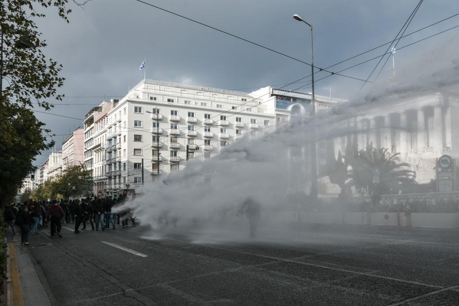 Περισσότερη χρήση «κανονιών» νερού για τις διαδηλώσεις - Το σχέδιο Χρυσοχοΐδη