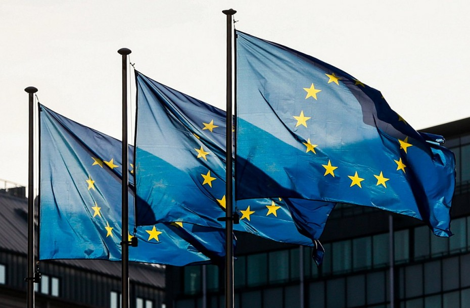 Μείωση των περιορισμών στα μη απαραίτητα ταξίδια στην ΕΕ προτείνει η Κομισιόν